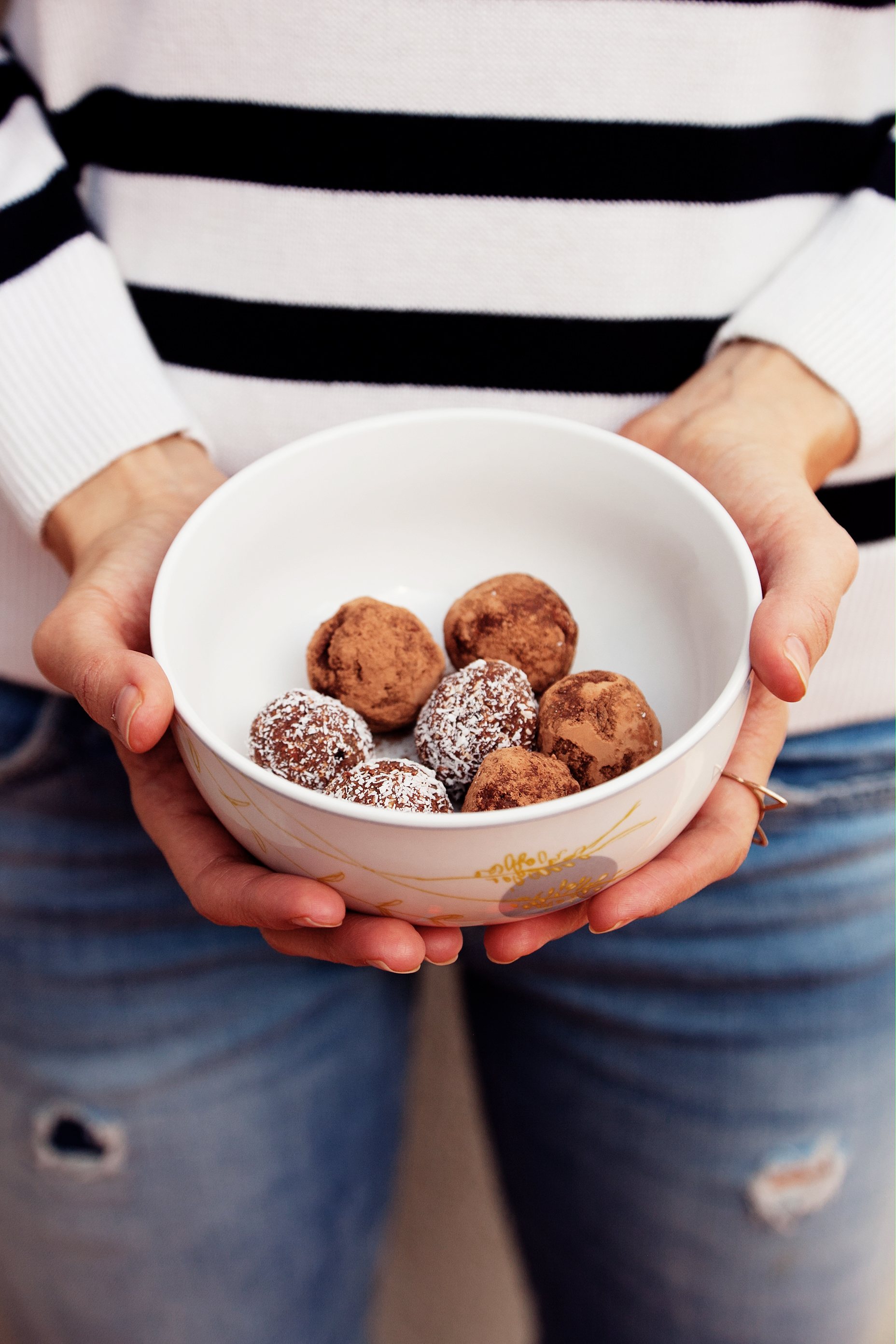 Raw protein balls. Paleo protein bar recipe